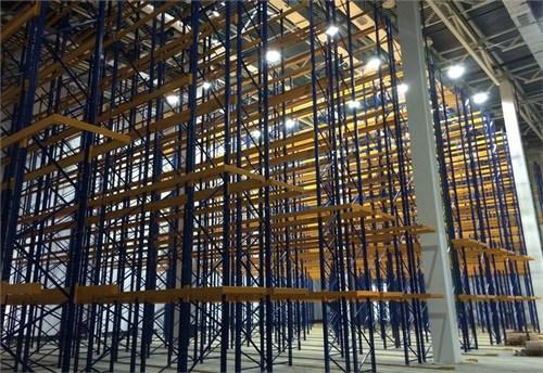 Система стеллажей для хранения фармацевтических препаратов. Как и сами фармпроизводства, склады также требуют поддержания специальной микросреды для хранения препаратов.