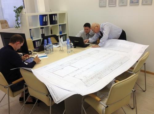 Топ-менеджмент «РОСНАНАКЛИМАТА» обсуждает новый проект компании.