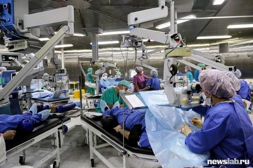 Операционная рассчитана на одновременную работу 15 хирургических столов — легендарный глазной конвейер Святослава Федорова «ромашка». Здесь проводятся операции по лечению катаракты и глаукомы, по витреоретинальной хирургии.