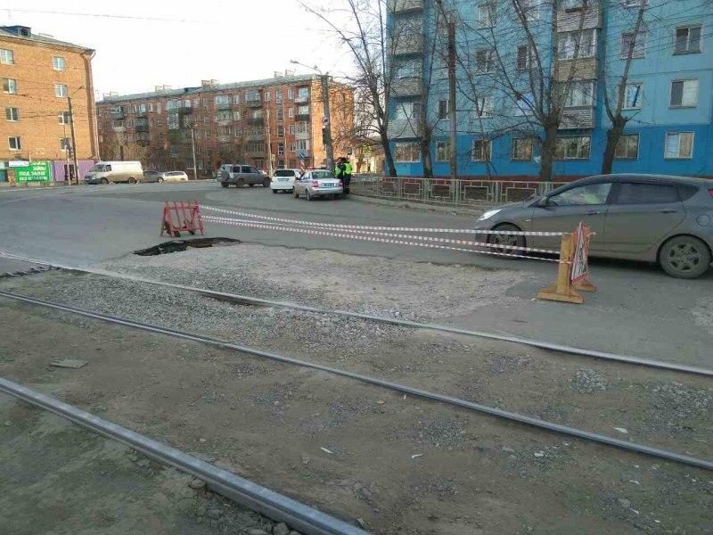 ВКрасноярске прямо напроезжей части внушительная яма