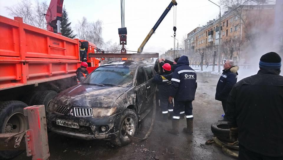 ВКрасноярске из-за коммунальной трагедии машина ушла под асфальт