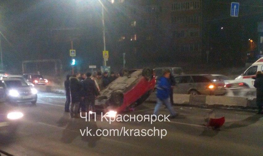 ВКрасноярске женщина-водитель врезалась вдорожный разделитель иперевернулась