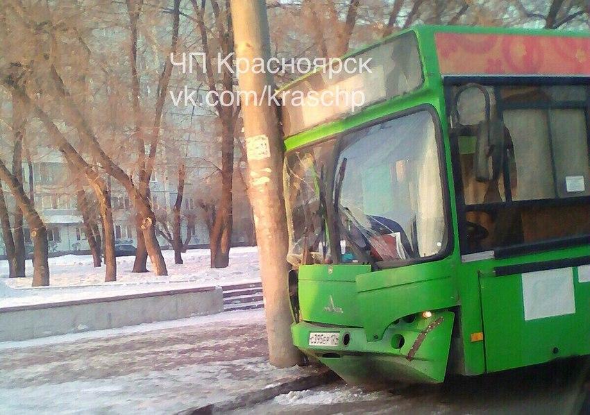 ВКрасноярске автобус 61 маршрута врезался встолб