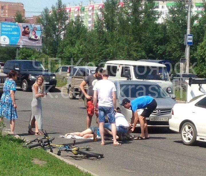ВКрасноярске напешеходном переходе сбили велосипедистку