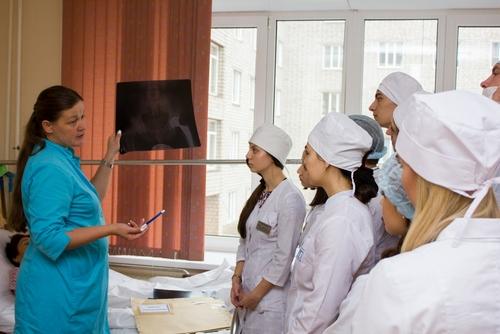 Студенты кафедры травматологии, ортопедии и нейрохирургии КрасГМУ на занятии