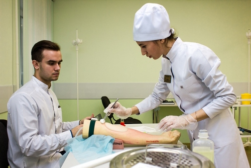 Многим практическим навыкам будущие медики учатся на симуляторах