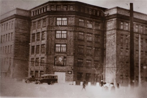 Здание общежития Сибирского лесотехнического института, переданное в 1943 году Медицинскому институту. Сегодня в нем работают клиника и центр стоматологии при КрасГМУ