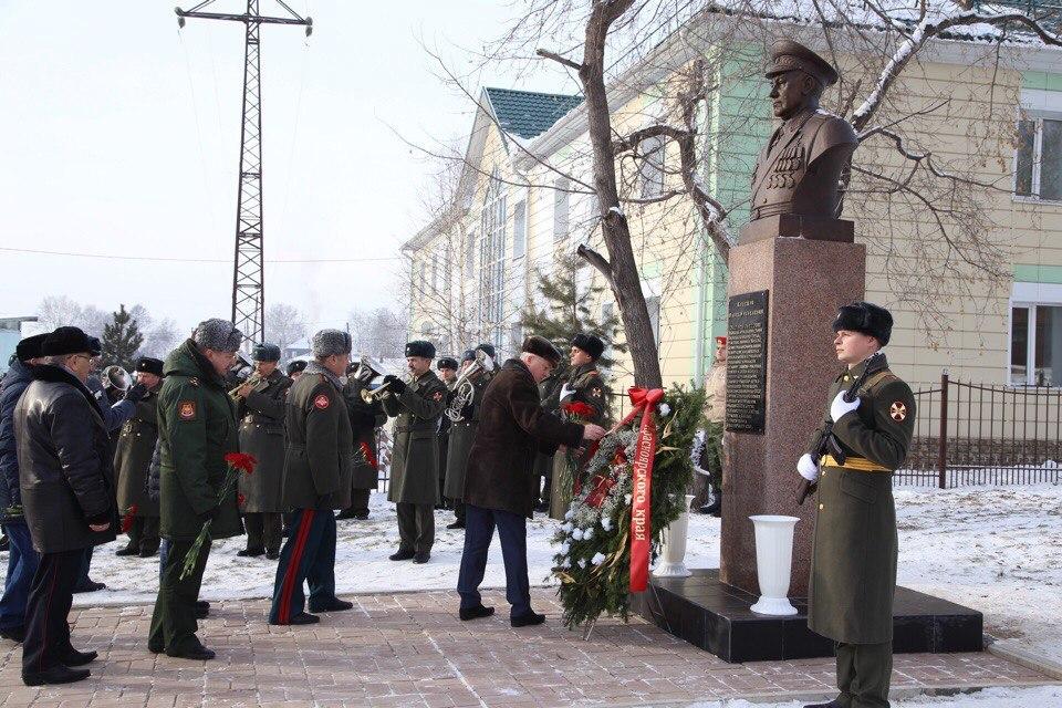 ВУяре открыли монумент единому маршалу артиллерии изКрасноярского края