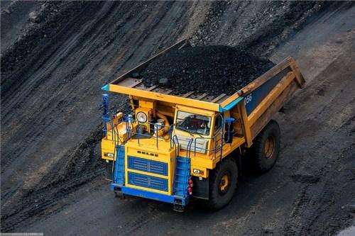 БелАЗы отвозят уголь на угольные склады временного хранения, где их перегружают в железнодорожный транспорт