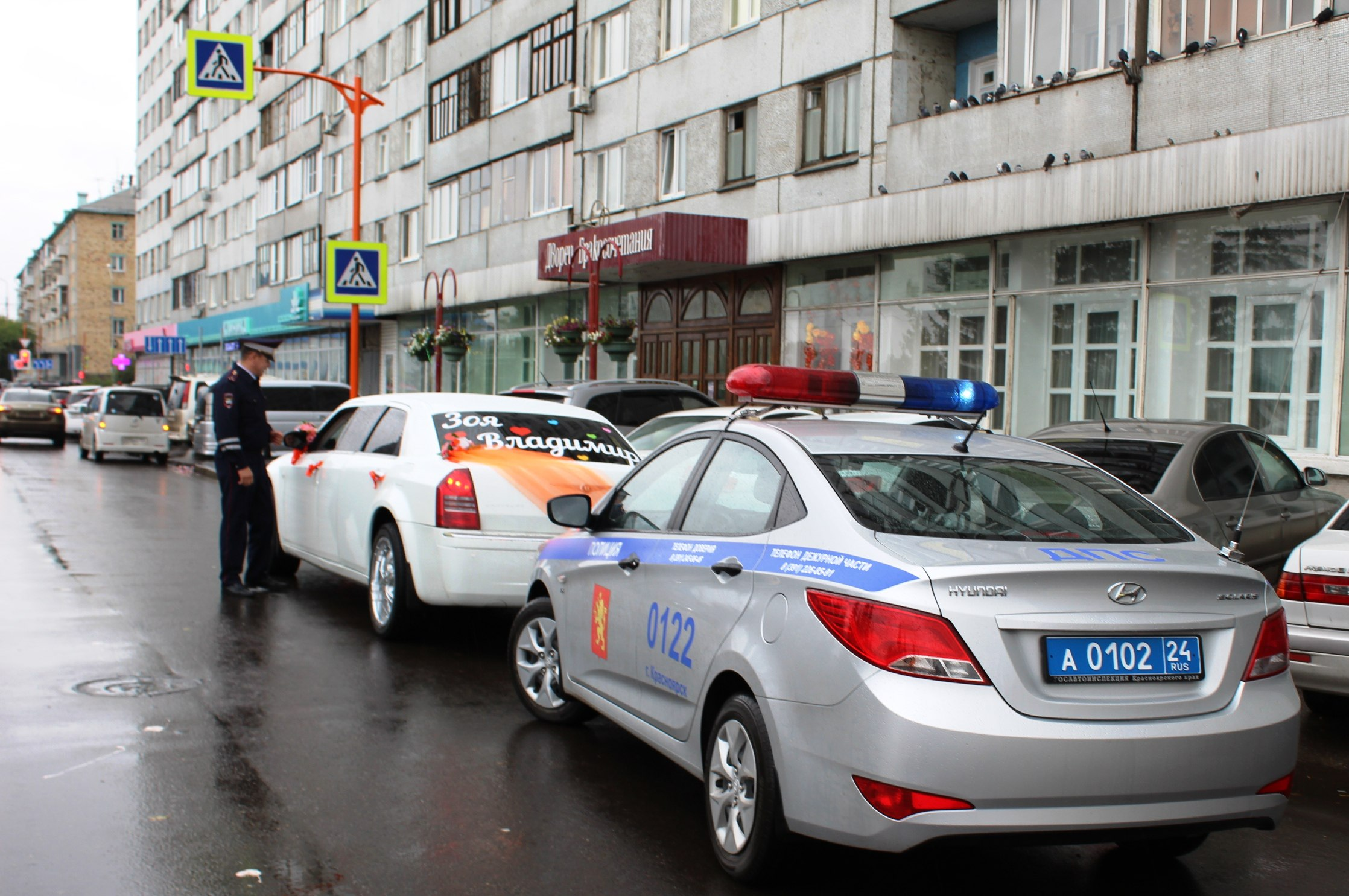 ВКрасноярске инспекторы посоветовали участникам свадебных кортежей ненарушать ПДД