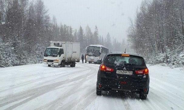 Из-за снегопада милиция временно ограничила движение натрассе всторону Хакасии