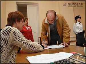 Фото: Сергей Сокол на избирательном участке