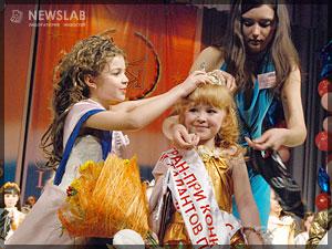 Фото: Марина Чивикова передает корону Екатерине Яценко
