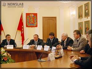 Фото: Общение Александра Хлопонина (справа) с главами районов Красноярского края