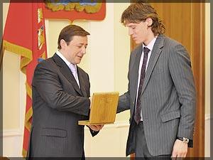 Фото: Александр Хлопонин вручает приз Александру Семину. Фото Александра Паниотова