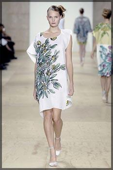 Если не нравятся цветы на платье, можно их держать на сумке.