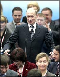 Фото: Владимир Путин возглавил Единую Россию(http://newsimg.bbc.co.uk/media/images/44573000/jpg/_44573035_putinparty.jpg)