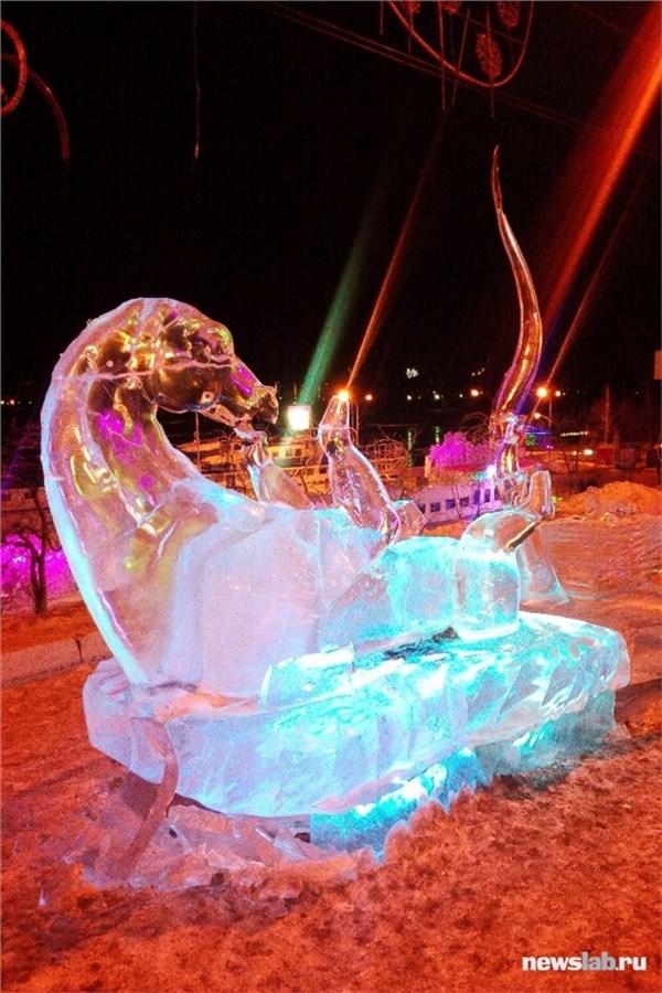 С красноярской набережной убирают оставшиеся ледовые скульптуры