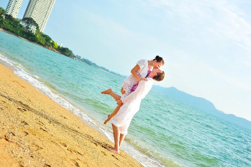 Жена гуляет по берегу — 1