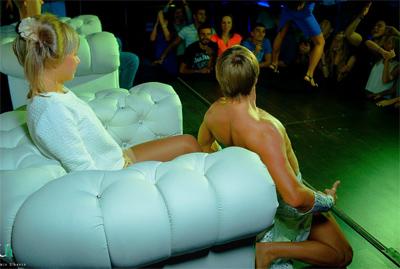 подростки в клубе стриптиз